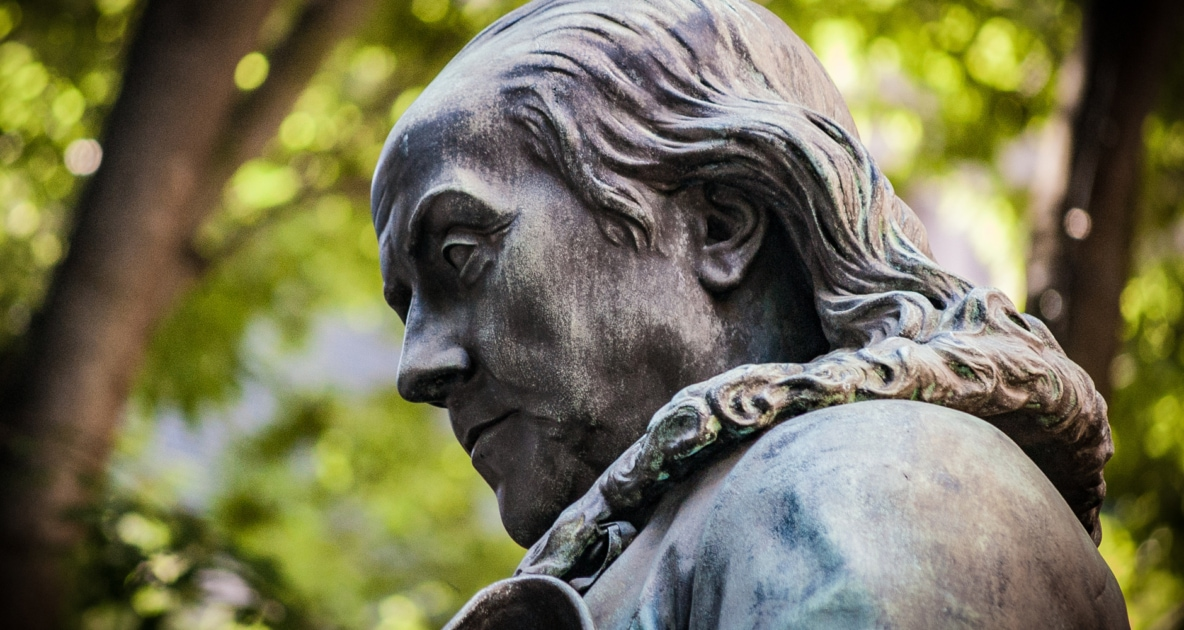 Closeup of the head of a statue of Benjamin Franklin.