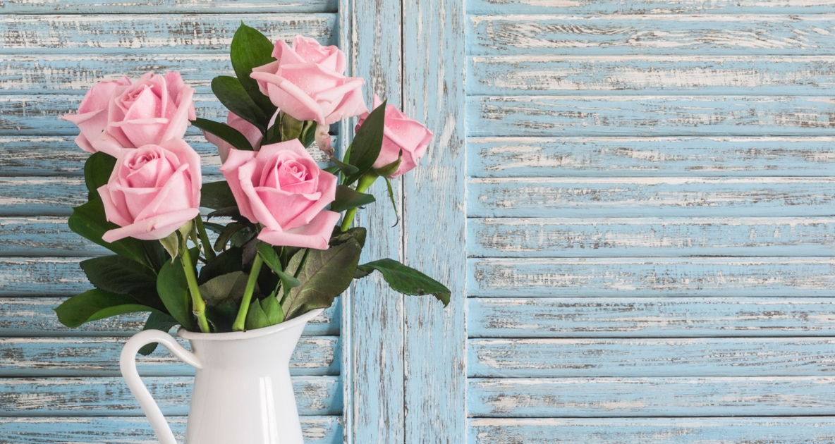 A bouquet of pink roses in a vase.